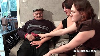 FFM Two french brunette sharing an old man cock of Papy Voyeur porno izle