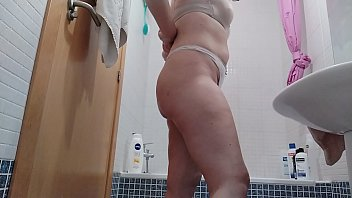 Milf masturbándose en la ducha. Se toca el coño mientras se enjabona para quedarse muy limpia y correrse del gusto. Gozando en la bañera con su coño.