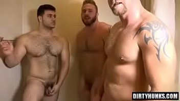 Muscle homosexual 3some and cumshot