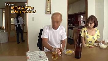 जापानी आदमी पत्नी की दोस्त को चोद रहा था जबकि उसकी पत्नी खाना बना रही थी