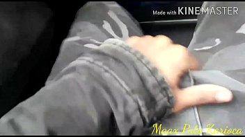 Dentro do ônibus percebi uma safada me olhando, aí botei o pau pra fora e ela me mamou ,com um BOQUETE bem