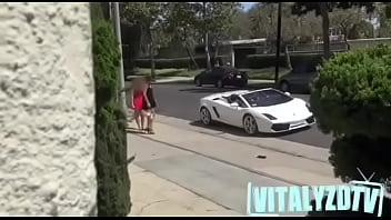 Subo colegialas a mi Lamborghini sin decir una palabra (final feliz)