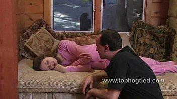 Развлекаются с дамочками на диване