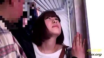 電車の中でおもらししてしまった女の子 ジーンズがびしょびしょ・・・