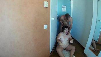 Se mea encima de la gorda y le pega patadas en el coño antes de tener sexo duro con ella.
