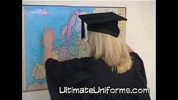 Bionda tettona in uniforme da insegnante di scuola con calze e tacchi a spillo