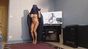 musulmane en burka montre ses grosses mamelles