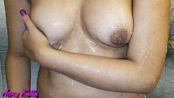 Descubrí a mi hermana en el baño masturbándose y depilándose su panocha peluda y le ayudé con el ano