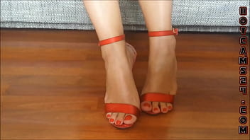 Female dangle fetish - Sexy legs high heels with short pants dangling - hotcams24.com