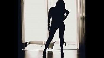 Safada sensualizando, até quando não quer... Sinta o detalhe do corpo dela dançando. Ela sempre diz: Dançar me dá tesão