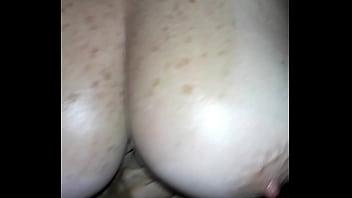 Nipply tits Muestra sus tetas aceitadas y sus pezones duro