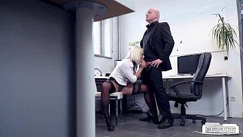 BUMS BUERO - Busty German blondie Lilli Vanilli fucked hard in the office Vorschaubild