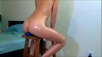 Teen prende un enorme dildo nel culo in webcam - Altri video su XXXCAMG.com