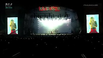 Tove Lo showing her tits at Lollapalooza BR 2017 (At 1:38)