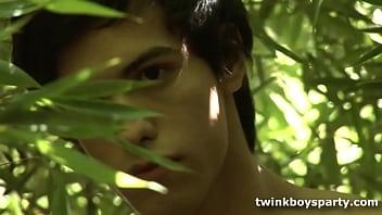 Twinks Anibal and Julian Fuck Outdoors 8分钟