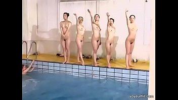 美女たちが次々と水着を脱ぎ捨て全裸シンクロナイズドスウィミング