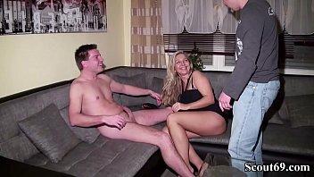 Milf wife caught in 3some Typ erwischt seine frau mit jungspund und fickt mit im dreier