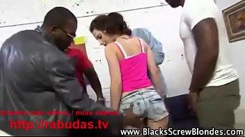 Patricinha branquinha no gangbang com os negao (  videos http://rabudas.tv)