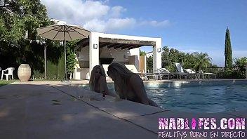 Mamada doble piscinera de Mar y Yarisa
