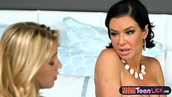 Stepmom squirts all over teen during a webcam session