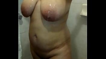 mi esposa en la ducha ricas tetas
