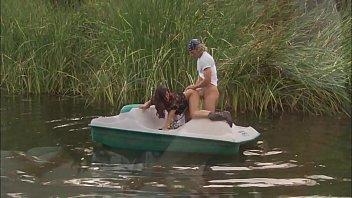 Sex dur pe lac intr-o barca cu doi nebuni ce se fut tare