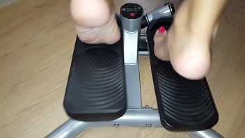 Cams4free.net - Gym Barefoot Workout on Stair Climber