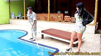 Monica matos chupando piroca do cara que limpa a piscina da sua casa