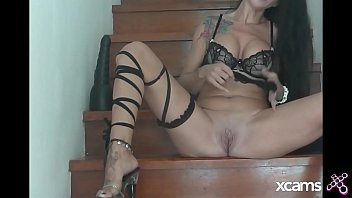 Emmaxxx dilates her pussy and her ass with a huge black dildo in a stair