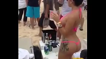 Nalgona calentando vergas en la playa