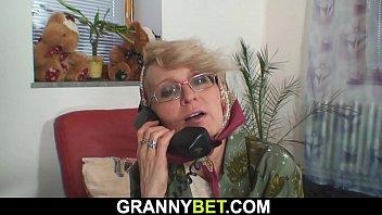 mamaie isi cheama vecinul ce ii da un telefon iar la schimb ii ofera pizda