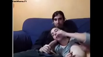 Pareja tiene sexo en el sofa