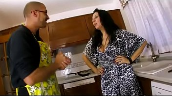 Housewife is distracted by a cock to suck