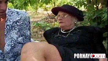Granny De Cabelos Grisalhos Recebe Facial Depois De Foda Na Bunda