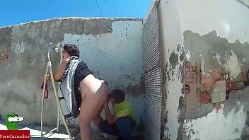 Ella estaba reformando la casa cuando a el le da por quitarle las bragas y empezar a comerle el co&amp_a