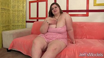 Chubby beauty inserts dildo