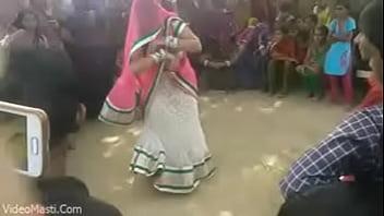 Bhabhiji Dancing On Bhojpuri Song In Gaon(videomasti.com)
