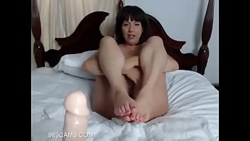 Black Haired Mom Shows Her Feet & Body - 989cams.com