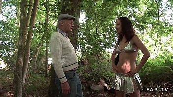 Jeune Jolie Candice debee dans 1 gangbang dans les bois