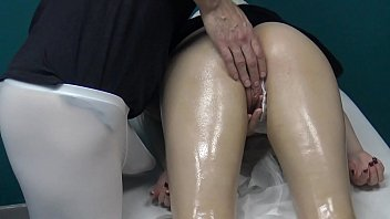 Blonde Russian Milf Decided to Go for Massage & Let The Masseur Spank & Fuck her Wet Pussy with his Fingers because her husband Cheats on her ! 22分钟