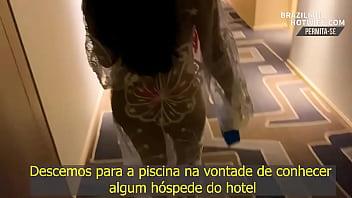ME EXIBINDO COM MEU MICROBIQUINI NA PISCINA DO HOTEL EM BUSCA DE ALGUÉM... MENAGE 19