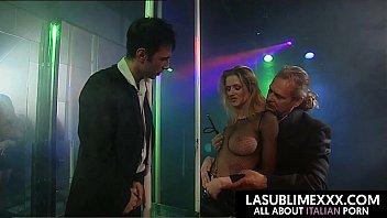 Due fortunati si scopano la troia di un club mentre fa lapdance
