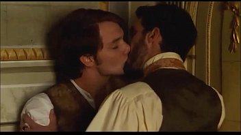 Àlex Batllori desnudo y beso gay (Stella Cadente)