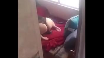 Femme se faisant espionner pendant qu'elle se masrurbe