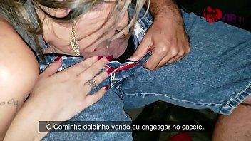 Cristina Almeida no estacionamento do frango assado fernão dias, recebendo um presente de natal, o safado come sem camisinha e goza dentro da buceta na frente do corno manso que filma e é xingado por ela