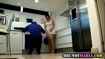 Encanador fode cliente na casa dela