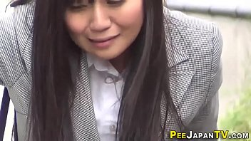 Hold it peeing - Hot japanese babe pisses