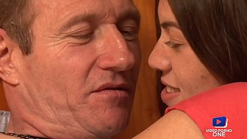 Tiffany baise avec son vieux proprio