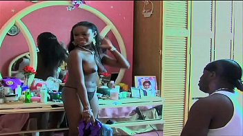 atriz de ébano grande titted anda nua em moive set no final do vídeo