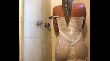 Narizinho trans dan&ccedil_ando toda molhada no chuveiro